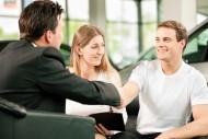 Kupując samochód od osoby fizycznej (nie będącej płatnikiem VAT z tego tytułu) nabywca musi wpłacić w ciągu 14 dni kwotę podatku od czynności cywilno-prawnych, oraz wypełnić formularz PCC-3.Fot. Shutterstock