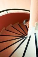 Producenci zabezpieczeń schodów  przed dziećmi w swojej ofercie posiadają również taśmy antypoślizgowe. Zmniejszają one ryzyko przypadkowego poślizgnięcia się na schodach.